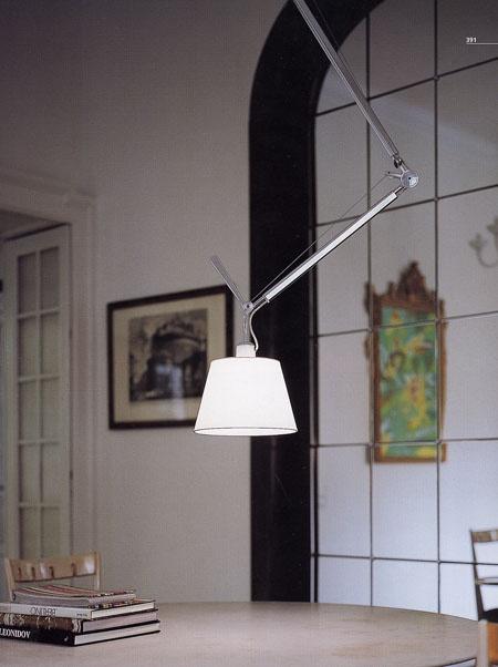 Lámpara Tolomeo diseñada por Michelle de Lucchi y Giancarlo Fassina y producida por la firma Artemide