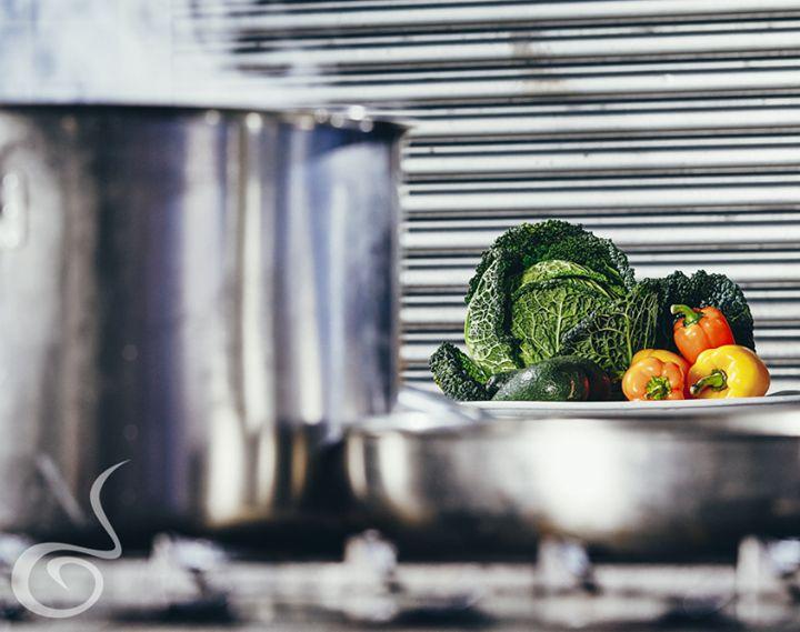 Στην #ARIAFineCatering υποστηρίζουμε μια υγιεινή προσέγγιση στο φαγητό. Γι' αυτόν το λόγο, κατά τη δημιουργία των πιάτων μας:  ✔ Αποφεύγουμε το βούτυρο και την κρέμα γάλακτος, χρησιμοποιώντας αποκλειστικά εξαιρετικό παρθένο ελαιόλαδο. ✔ Έχουμε μειώσει τη χρήση του αλατιού και της ζάχαρης. ✔ Αντικαθιστούμε τις πλούσιες σε λιπαρά ύλες με ελληνικό γιαούρτι ή ελαφρά λευκά τυριά, όταν η συνταγή το επιτρέπει. ✔ Φτιάχνουμε τις σάλτσες μας με βάση καθαρούς ζωμούς από κρέας.