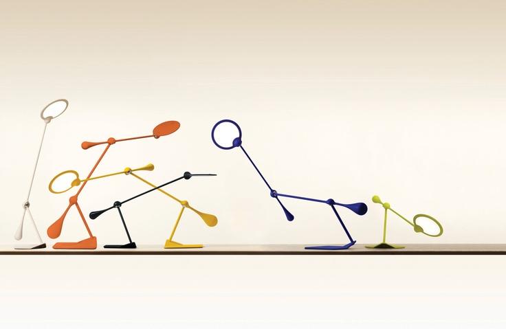 Verspielt und mit viel Lebensfreude strahlt die TRAPEZE LED Tischleuchte ausgewogenes Licht auf den modernen Arbeitsplatz oder Wohnraum. Mit einem uneingeschränkten Aktionsradius, ihren 3 Achsen und dem auf Gewicht und Gegengewicht beruhenden Design sind alle Bewegungen frei und fließend. Dank der LED Technologie beleuchtet der ultradünne Diffusor eine große Fläche mit gleichmäßig verteiltem warmem Licht. TRAPEZE ist ein Designobjekt und eine äußerst funktionelle Leuchte.  Design: Peter…