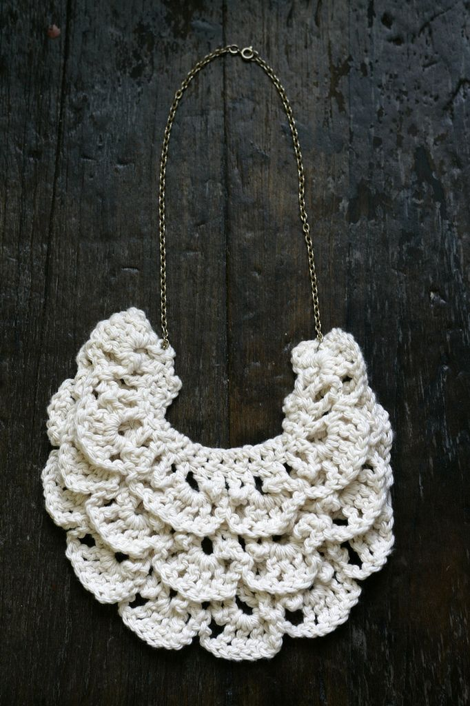 A Common Thread — how to make a crochet bib necklace // pattern