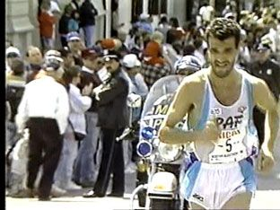 "Boston Marathon 1990, 16 aprile. Gelindo Bordin (1959), vincitore in 2h08'19"""