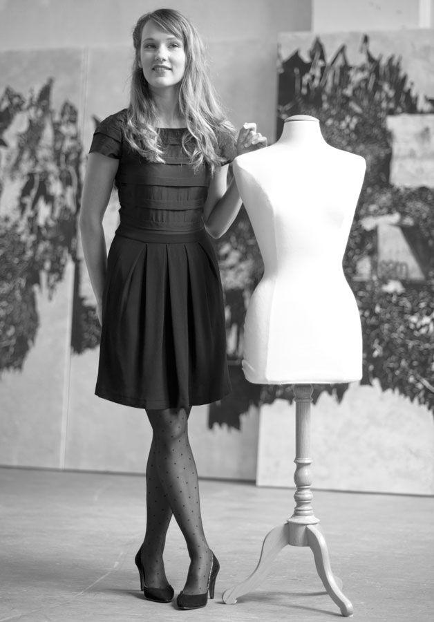 French sewing pattern. Elégante en toutes circonstances, intemporelle ou encore mystérieuse, la petite robe n'a pas son pareil pour nous séduire. Par son jeu de plis religieuses et son décolleté dans le dos, la rob…