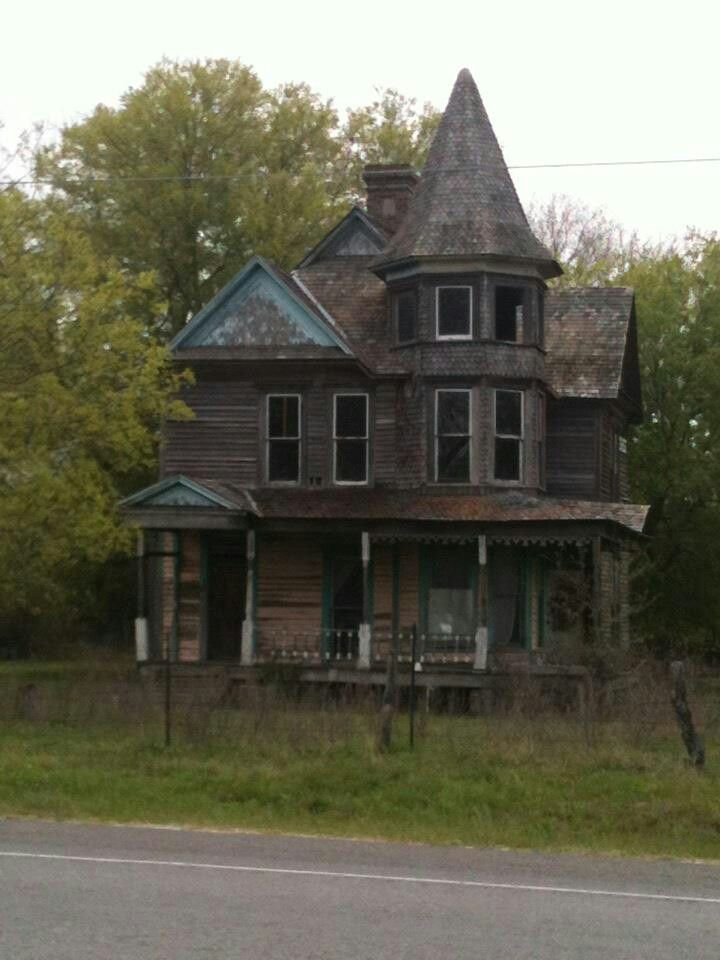 Kosse, TX Old beauty long forgotten♥♥ I would live here in a minute. .what an awesome B n B this house would make!