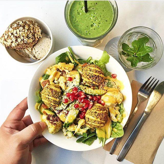 Fijne zondag brunch: de Marokkaanse falafel salade, haverbrood met truffelhummus, een groene smoothie & verse muntthee #vitamineboost #sla #ilovesla #regram @dishtales
