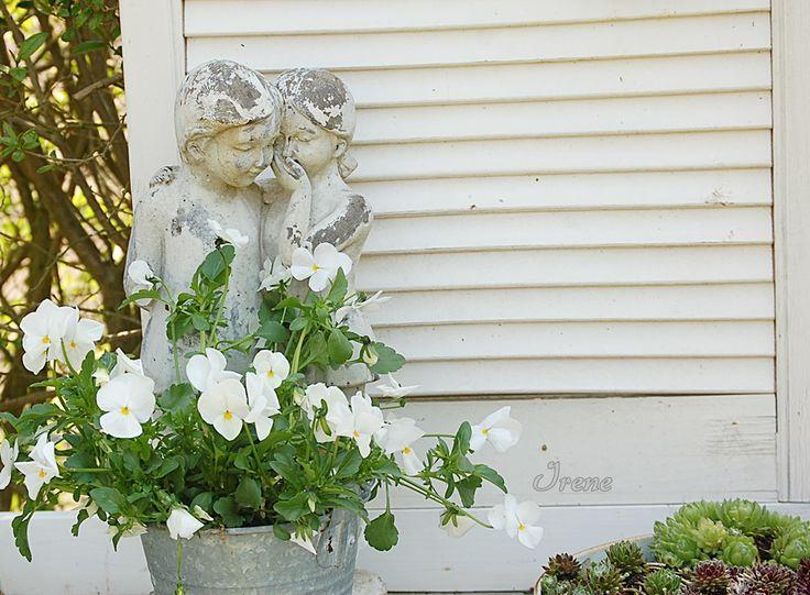 Weiße Gartendekoration