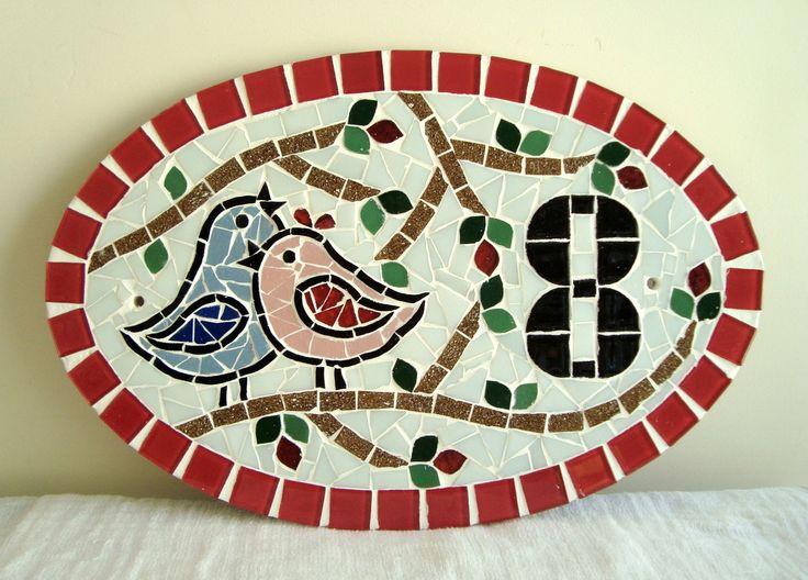 Numero residencial em mosaico, tamanho oval médio (38x25cm). Cliente pode escolher cor da borda e do número. O mosaico é realizado em cima de um piso de ceramica e deverá ser fixado na parede com argamassa. Ou poderá ser feito furos para parafusar na parede, a pedido do cliente.