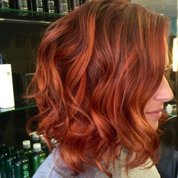 Belle cheveux court et rouge