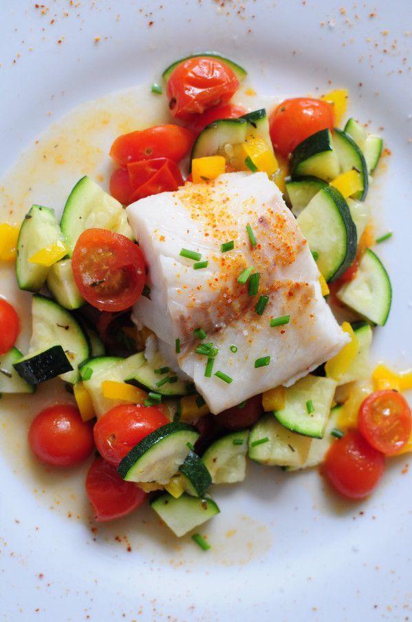 Cabillaud et petits légumes d'été à la vapeur