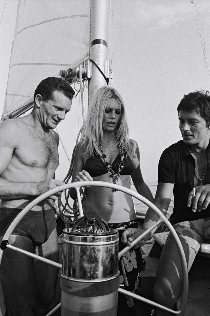 Alain Delon avec le grand navigateur Eric Tabarly et Brigitte Bardot à bord d'un voilier - 1968 © Photo sous Copyright