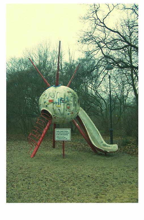 Stromovka a detske hriste... vzpominame na Sputnik. Lidovky: 1960, ateliér sochaře Němečka. Bylo to dílo, které se zcela vymykalo jeho tvorbě. Němeček (v roce 1989 spáchal sebevraždu) se zaměřoval na monumenty ze sportovního prostředí, vytvářel sochařskou výzdobu stadionů po celém světě, například v Mexico City, Mnichově, Miláně, Moskvě, Tallinnu. Bývá mu vyčítána poplatnost době, nicméně dětem, pro které navrhl Sputnik, byla ideologie úplně jedno.