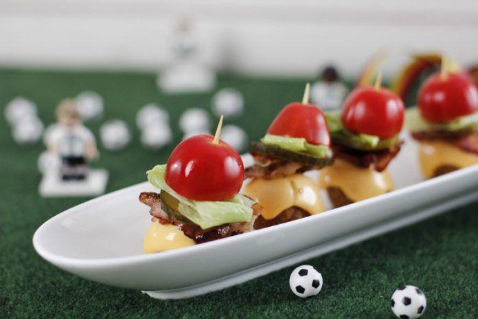 Mini Cheeseburger ohne Brot als EM Fingerfood / Snack für Party