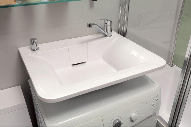 Раковина Кулибинка, устанавливаемая над стиральной машиной. С помощью такого решения можно освободить значительную площадь, которой найдется полезное применение.