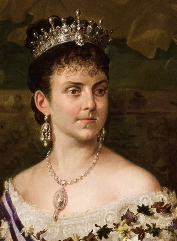 a close up of Queen Mercedes, first wife of Alfonso XII, wearing a lovely diamond and pear-shaped pearl tiara