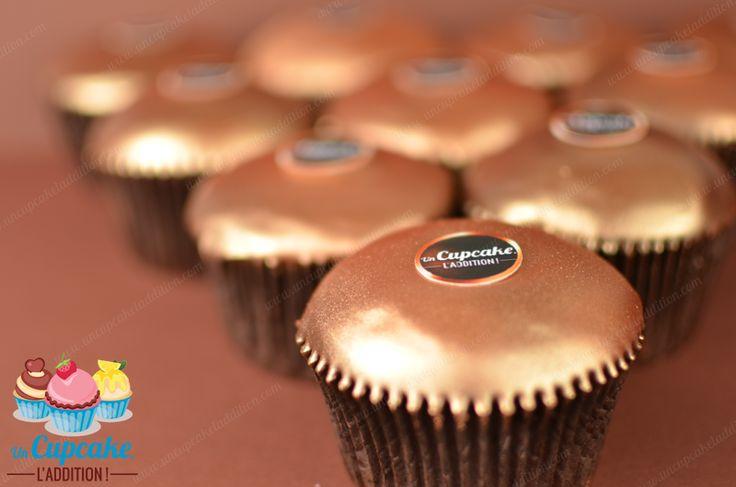 Cupcakes de Chocolate Negro al estilo Ferrero RondNoir®: bizcocho de chocolate negro, corazón de crema de chocolate negro y chips de chocolate negro, cobertura de chocolate negro.