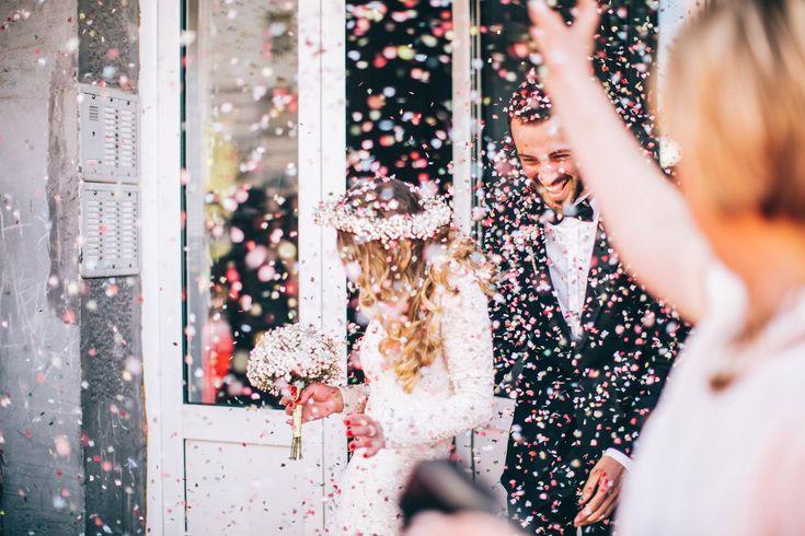 Die Hochzeit steht an, aber das Budget ist zu klein? Wir geben dir 9 Spartipps, mit denen du eine großartige Low-Budget-Hochzeit feiern kannst.