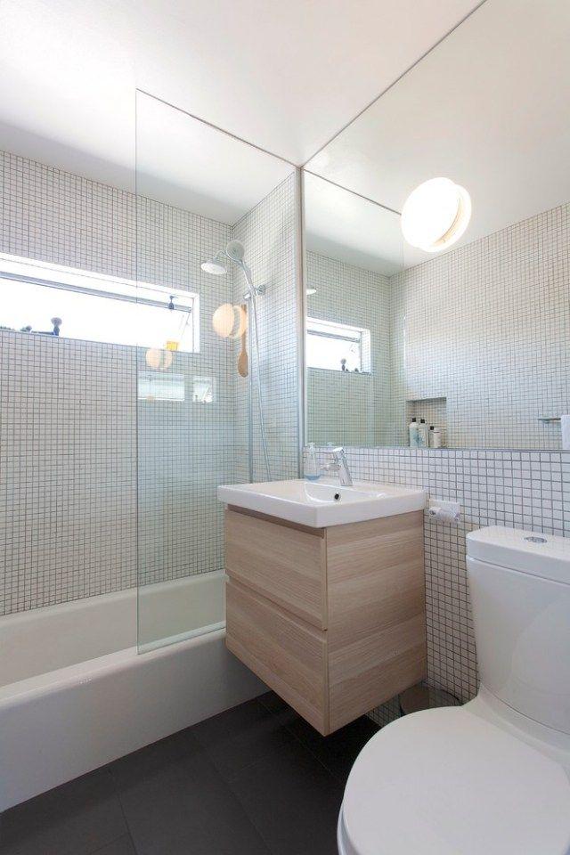 déco scandinave salle bains: baignoire, douche et meuble en bois clair