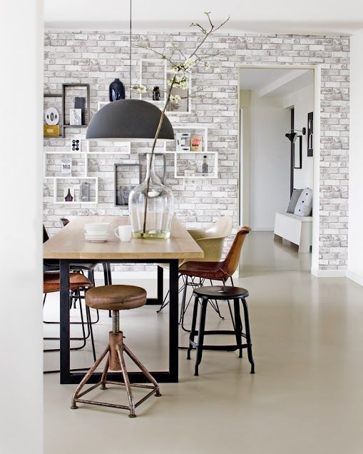 Baksteen behang in de eetkamer | Brick wallpaper in the dining room | vtwonen