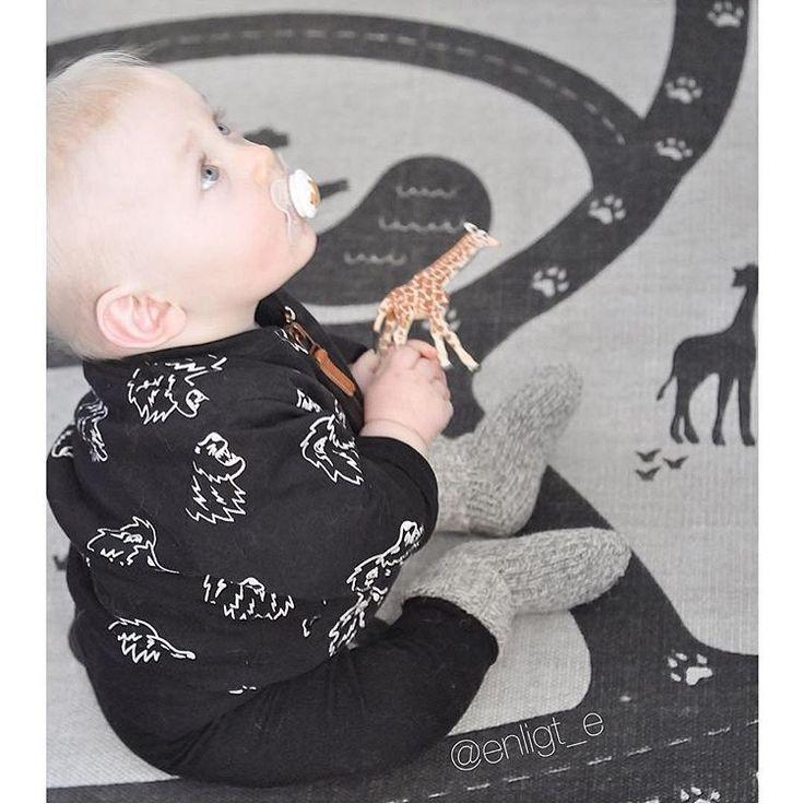 """INSPIRATION FOR BOYS - på Instagram: """"{ d j u r i s k t } Den nya mattan från #hmhome hemma hos @enligt_e Så klart ska outfiten matcha ☺️. Helt plötsligt ångrar jag bittert att jag aldrig köpte jackan från #lindexkids. Den är så himla fin. #lindex #hm #barnkläder #pojkkläder #flickkläder #barninspo #barnklädesinspo #barnmode #kidsfashion #barnoutfit #kidsoutfit #fashionkidsandbabys #fashionkids #Kidsfashionforall #kidsfashion #barninredning #barnrum #barnrumsdetaljer #barnrumsinredning"""