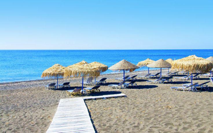 Slap af på de smukke strande på Santorini. Se mere på www.apollorejser.dk/rejser/europa/graekenland/santorini