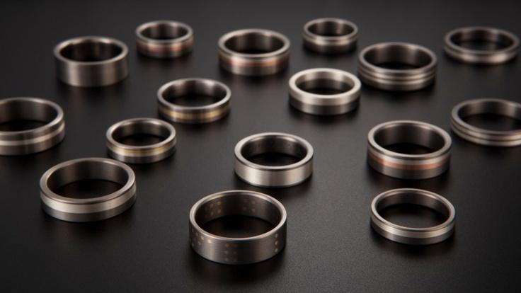 skupinka snubních prstenů -titan, žluté, bílé, oranžové a červené zlato, stříbro