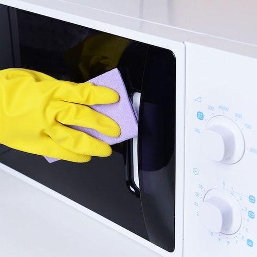 Come pulire il microonde? Con aceto, limone o bicarbonato