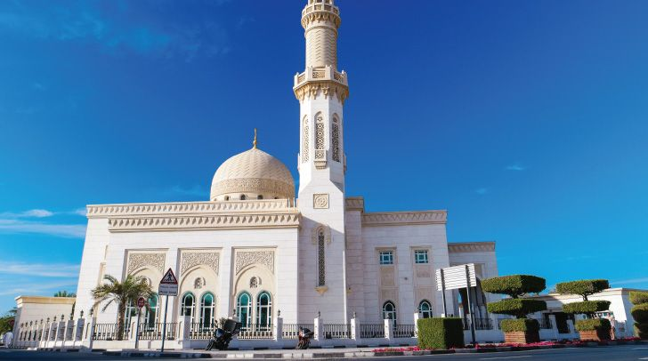 Situated on Jumeirah Beach Road, the enchanting Jumeirah Mosque with its huge central dome is the best known mosque in Dubai. Non-muslims can visit the mosque through an organised tour with the Sheikh Mohammed Centre for