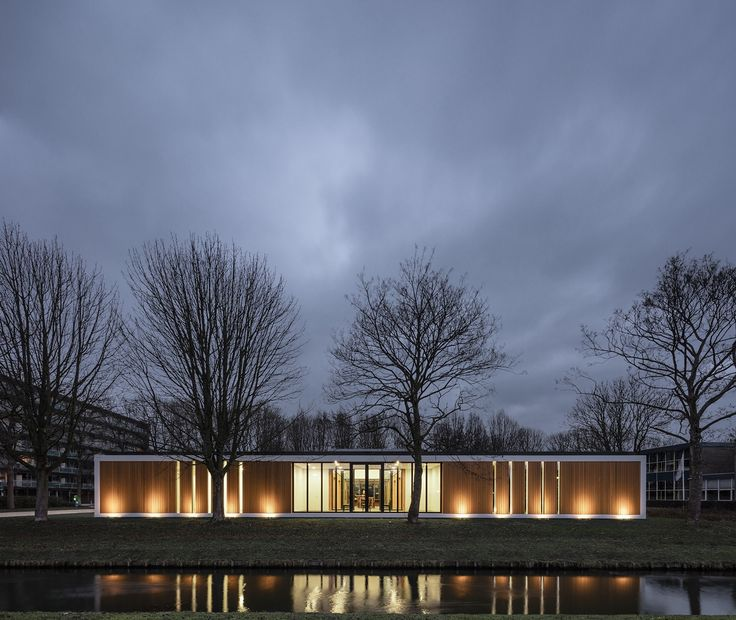 In Hendrik-Ido-Ambacht is een medisch centrum naar ontwerp van Studio AAAN opgeleverd.