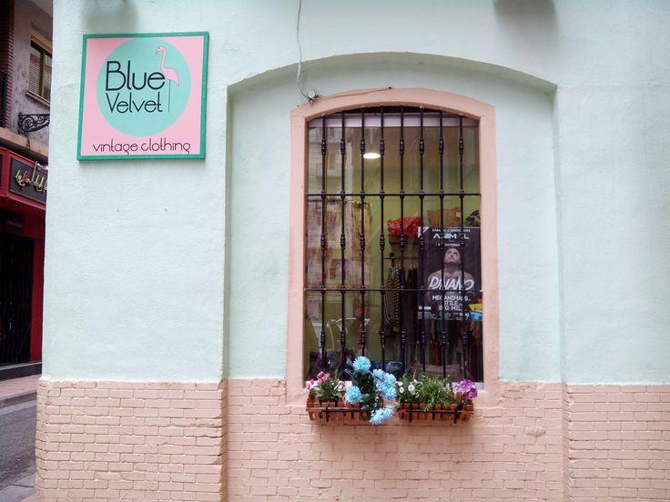 La tienda de moda Blue Velvet Vintage Clothing se dedica la recuperación de prendas vintage y de segunda mano, adaptándolas a las tendencias actuales de diferentes formas, como por ejemplo añadiendo retales o todo tipo de abalorios y tachuelas.