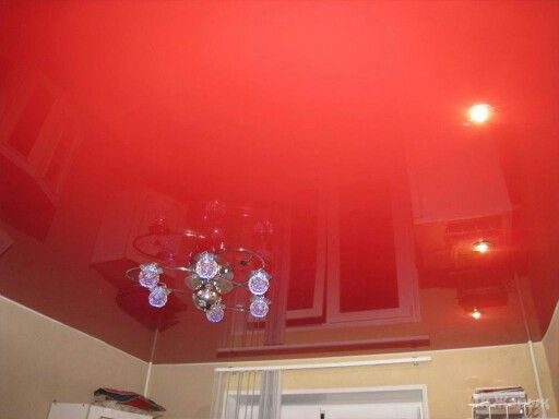 Красный глянцевый потолок.
