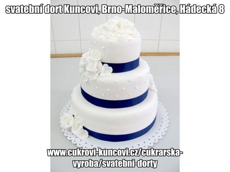 bílý svatební dort s modrou stuhou