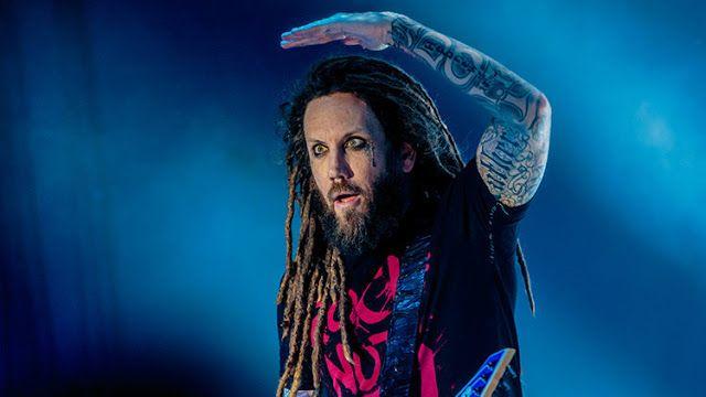 El guitarrista de la banda Korn, Brian Welch, se ha convertido en blanco de las críticas en las redes tras calificar de cobarde al vocalista de Linkin Park, Chester Bennington, por su reciente suicidio.