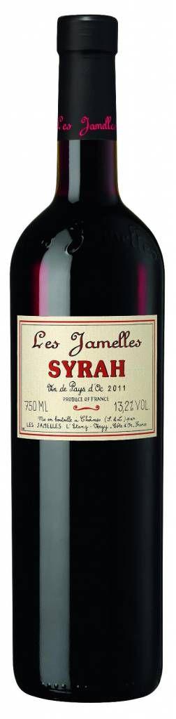 Les Jamelles Syrah Pays d'Oc IGP - Rijke en krachtige wijn met aroma's van braam en zwarte bessen en een fijn pepertje. Goed gevulde en rijke smaak met een lange zijdezachte afdronk. Deze Syrah kun je gerust uitdagen met stevige vleesgerechten en pasta's. #wijn #rodewijn