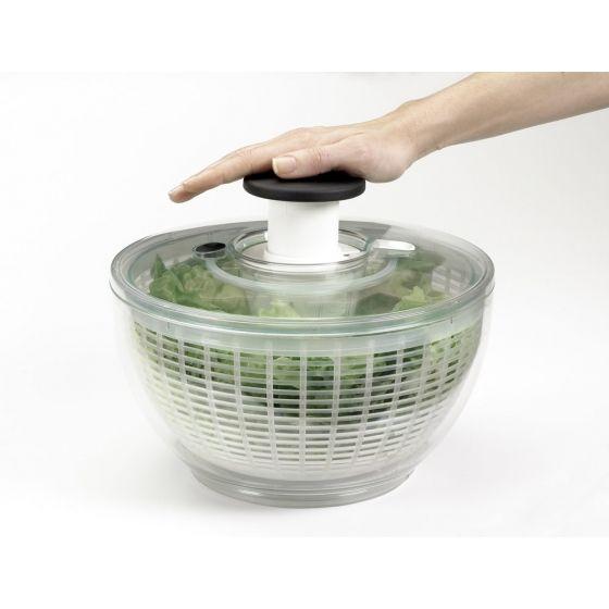 Para lavar, escorrer e servir as suas saladas, experimente o Escorredor de Saladas da Oxo.