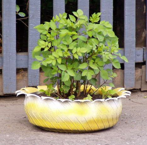 Tire planter diy pinterest gardens planters and diy for Using tyres as planters
