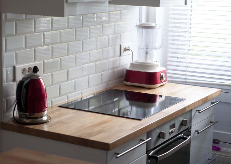 Carrelages m tro blancs pour cette cuisine rouge bois et - Carrelage pour cuisine blanche ...