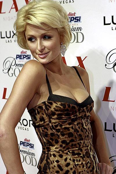 Пэрис Хилтон выгуливает в Майами сексуальное леопардовое бикини