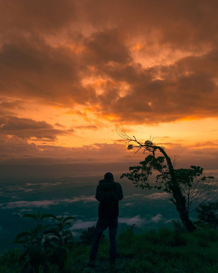 Siete horas en bus siete horas en microbus y otras cuatro horas en carro 4x4 para llegar a un hermoso lugar cuyo nombre no existe en las localizaciones del mapa. Lo único que sé es que estaba en Huehuetenango viendo hacia México.  Si alguna vez has estado ahorrando para un viaje al extranjero me encantaría invitarte a que conozcas tu país tu ciudad tu municipio primero. Yo soy de Guatemala y le doy gracias a Dios por darme la dicha de haber nacido aquí. El país de la eterna primavera es…