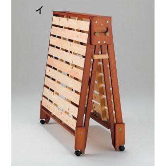 通気性がよい桧天然木のすのこ折りたたみベッド。広げた時床を傷めにくい構造。折りたためるので普段は寝室に収納し、お客様のお泊り時にも便利。