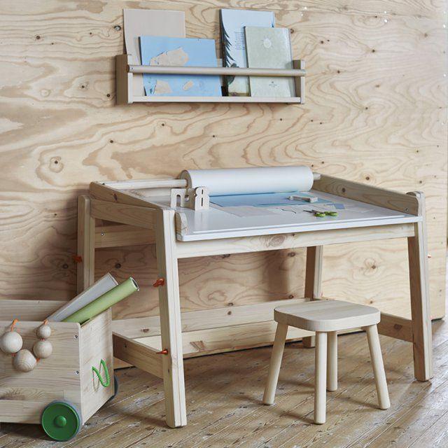 Un coin avec un bureau et tabouret en bois pour une chambre d'enfant