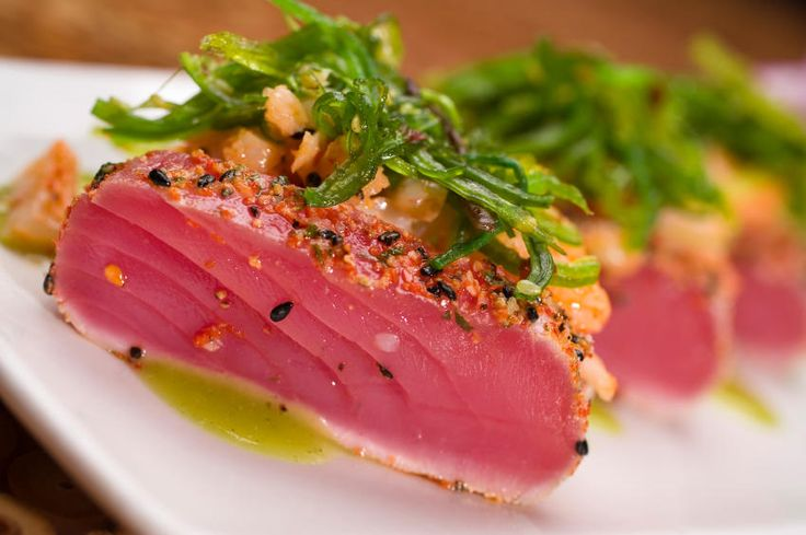 Besonders beim Braten des edlen Fisches ist sorgfältige Verarbeitung wichtig, denn ein zähes Stück Thunfisch ist ungenießbar.