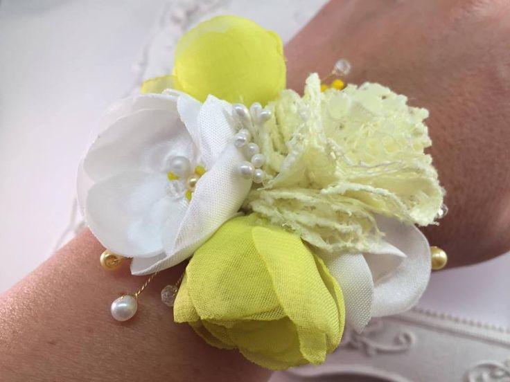 Bracelet avec Fleurs de Soie Jaune et blanc pour demoiselle d'honneur : Autres accessoires par fleurs-de-provence