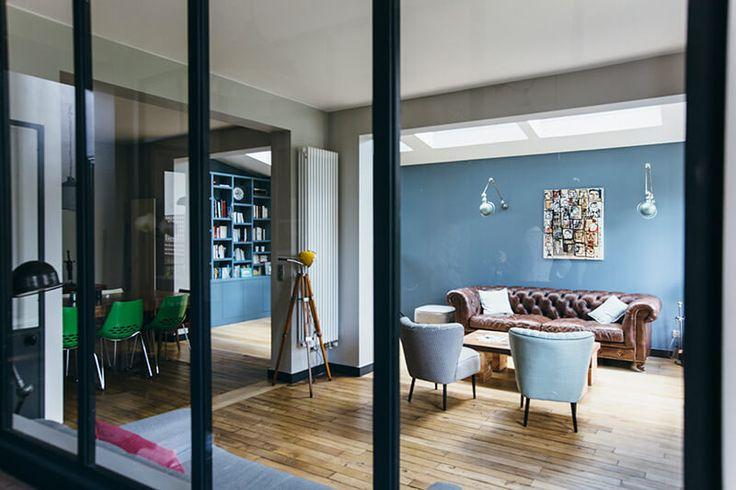L'agence Camille Hermand Architectures a récemment rénové cette maison typique des années 1900 avec des nuances de bleu et des éléments contemporains.