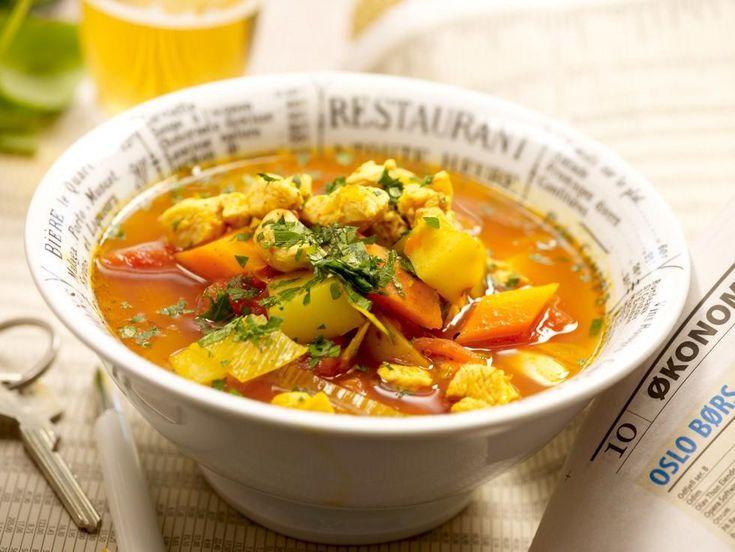 """Deilig tomatisert hønsesuppe med gode grønnsaker. Smaker nydelig til middag eller kvelds en """"sur"""" høstkveld eller mørk vinterkveld. Server med godt brød.Kilde: Opplysningskontoret for egg og kjøtt. Foto: Kim Holthe"""