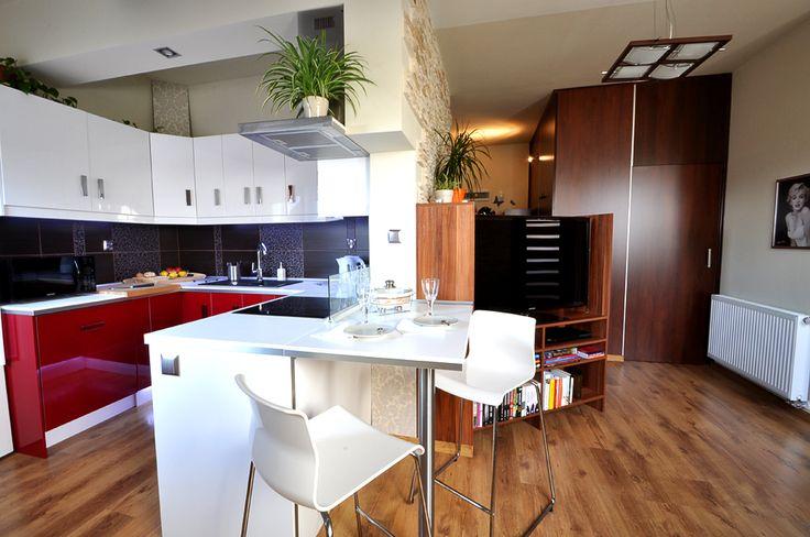 Tak można ciekawie połączyć kuchnię i salon w mieszkaniu poddaszowym.