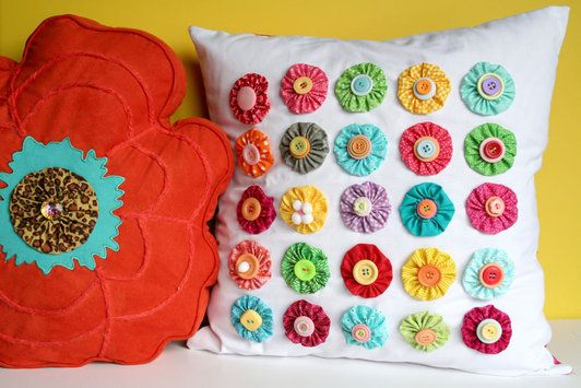 i love pillows..: Pillows Covers, Buttons Flowers, Yoyo Pillows, Throw Pillows, I, Fabrics Flowers, Bright Colors, Diy Pillows, Sewing Tutorials