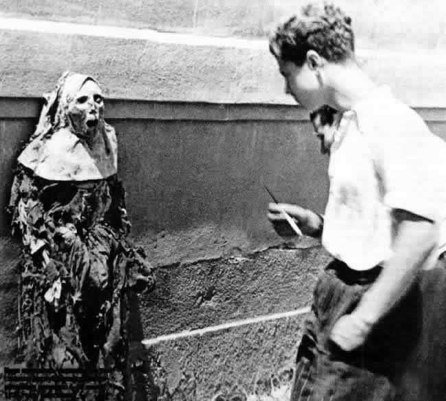 Monja muerta, Barcelona. Guerra Civil Española, 1936/1939. /// Dead nun, Spanish Civil War, 1936/1939, Barcelona.