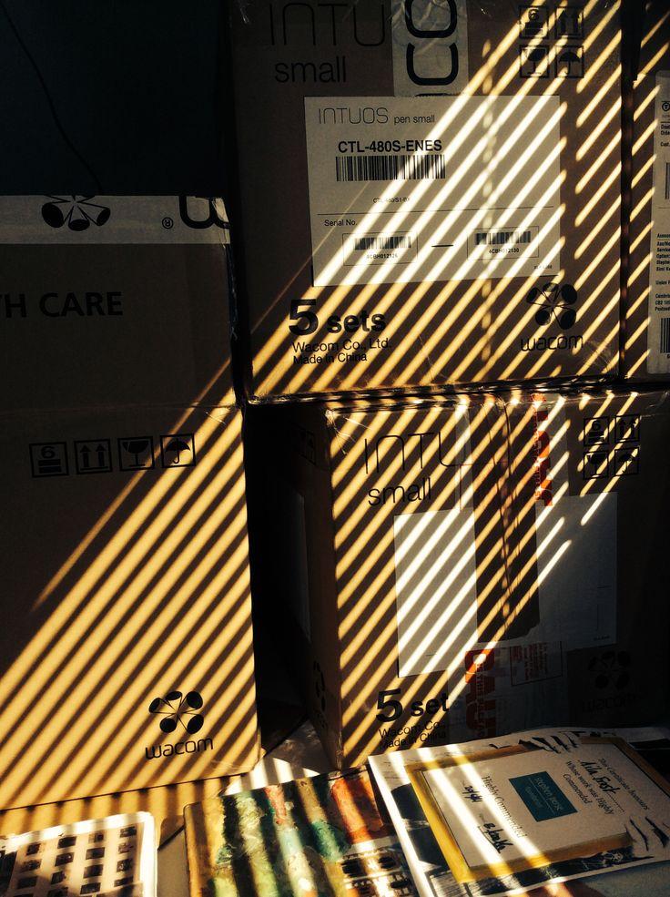 Diagonal shadows onto packaging