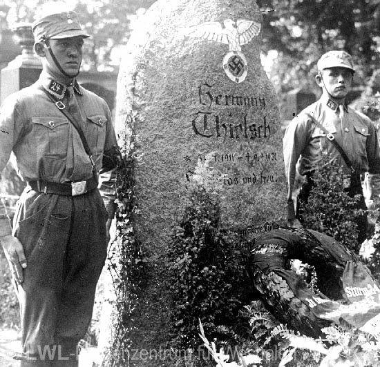 Nationalsozialismus: Mitglieder der Sturmabteilung (SA) bei einer Ehrenwache am Grab eines getöteten Nationalsozialisten, 1931