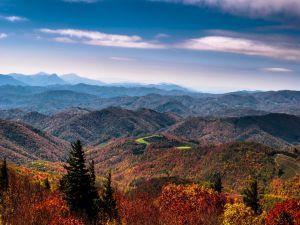 Formidable paisaje montañoso en otoño