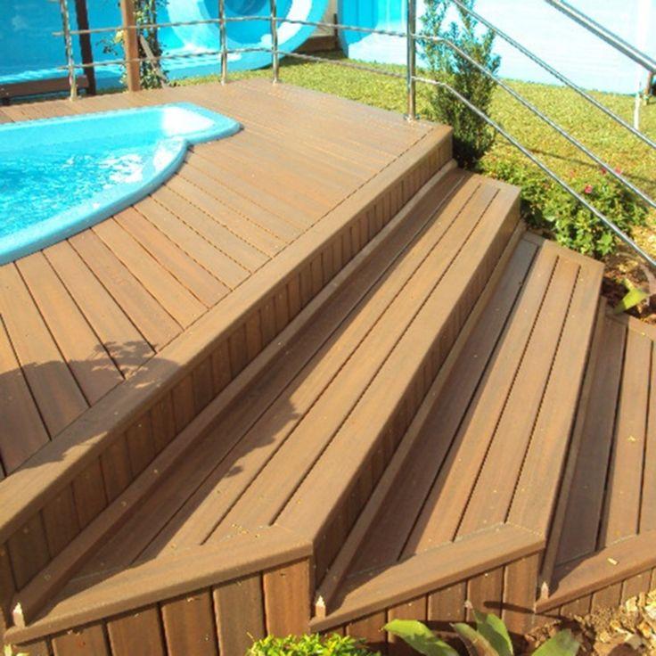 O deck de plástico imita a madeira e tem se tornado uma ótima opção no lugar do deck de madeira por ser mais barato, ter alta durabilidade, ser imune a pragas e ainda possuir boa instalação em locais externos como: jardins, espaço churrasco e piscinas.